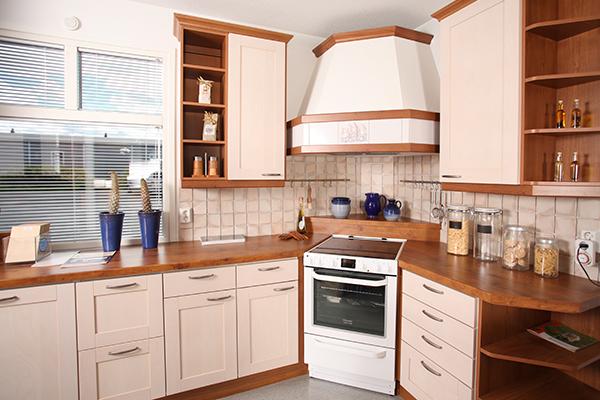 Klassinen keittiö  Pentek Puusepänkeittiöt Oy